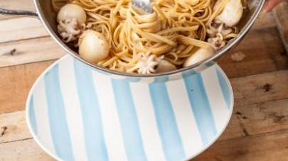 Al termine della cottura, scolate la pasta e fatela saltare nella padella con il pesce e il pan grattato tostato.