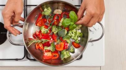 Infine, unite le erbette aromatiche (basilico, rosmarino...), eventualmente qualche goccia di aceto balsamico, e servite in tavola.