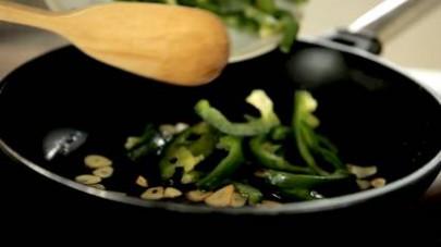 Tagliate a fettine l'aglio, le mettete in una padella con un filo d'olio e le lasciate soffriggere a fuoco medio facendo attenzione a non bruciarle.