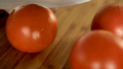 Sbollentate i pomodori facendo un taglio a forma di croce sulla superficie e li mettete in una pentola di acqua bollente.