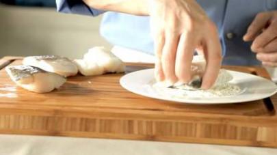 Quando il peperone si è ammorbidito, aggiungete il pomodoro, un pizzico di zucchero, sale e lasciate cuocere 15 minuti a fuoco medio con il bicchiere de Il Mio Brodo Star – Verdure. Infarinate il bacc