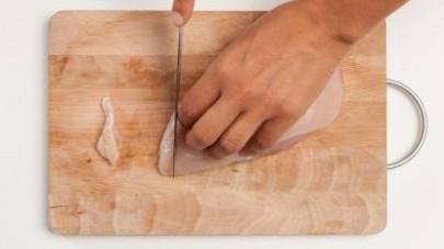 Nel frattempo, tagliate a cubetti il petto di pollo;