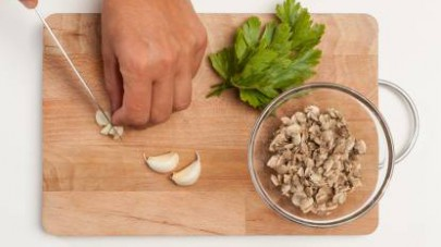Pelate le patate, sciacquatele e disponetele in una pentola capiente.