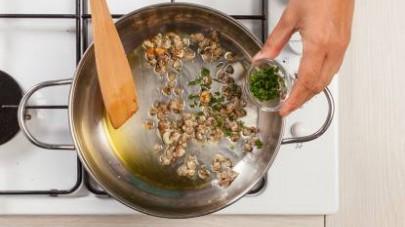 In una padella, rosolate le vongole con pochissimo olio extravergine di oliva, l'aglio, e il prezzemolo fresco.