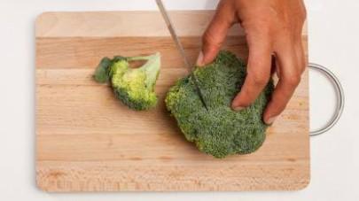 Lavate i broccoli, disponeteli su un tagliere e tagliateli a tocchetti.