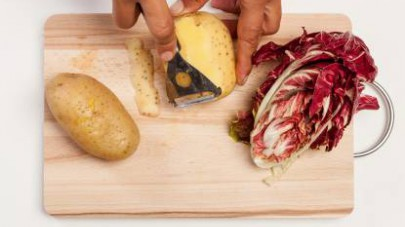 Lavate il radicchio e tagliatelo a striscioline; lavate le patate, pelatele e tagliatele a tocchetti.