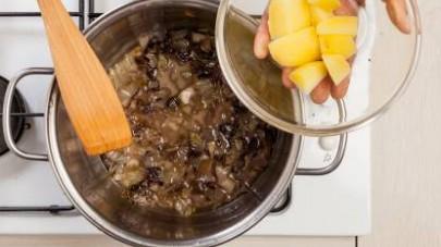 In una pentola capiente, fate soffriggere lo scalogno in 1 cucchiaio di olio extravergine di oliva;