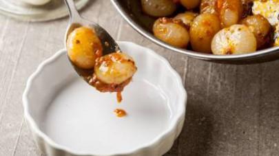 Aggiustate di sale e pepe, spegnete il fuoco e disponete le cipolline brasate nei piatti.