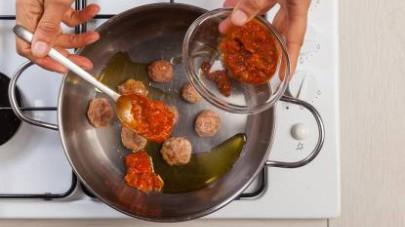 In una padella, rosolate le polpettine in 1 cucchiaio di olio extravergine di oliva.