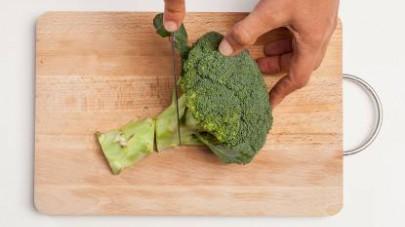 Mondate e lavate i broccoli; quindi divideteli a cimette.