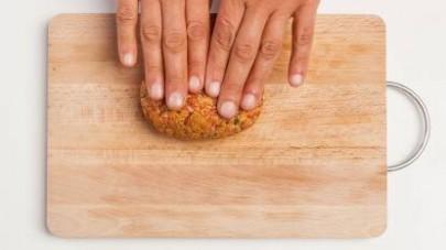 In una ciotola, unite la carne macinata e quella arrosto (e/o il bollito) precedentemente tritata, le uova, il prezzemolo tritato finemente e il pepe.
