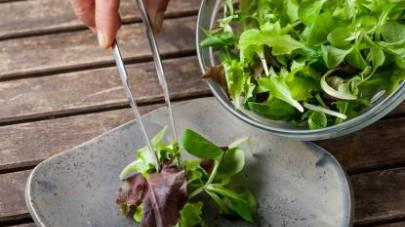 Al termine della cottura, affettate il polpettone e servitelo in tavola con un'insalatina condita con una vinaigrette all'aceto balsamico.