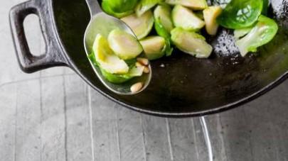 Al termine della cottura, aggiustate di sale e pepe, disponete nei piatti da portata, unite i filetti di sgombro e servite in tavola.