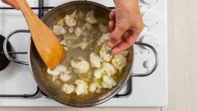Versate sul cavolfiore 1 bicchiere d'acqua; poi aggiungete 1 dado Il Mio Duo Star - Minestrone e lasciate cuocere per 10 min.