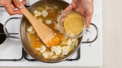 Servite la minestra di cavolfiore e miglio con pepe fresco ed eventualmente 1 cucchiaino di olio extravergine di oliva.