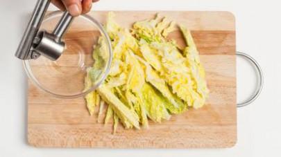 In una padella, rosolate il cavolo in 1 cucchiaio di olio extravergine di oliva; unite poi le patate, l'aglio e Il Mio Brodo Star - Carne di Manzo. Lasciate cuocere a fuoco vivo.