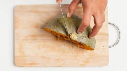 Pelate la zucca e privatela dei semi; quindi, tagliatela a pezzettoni. Mondate e tritate la cipolla bionda. Pelate la carota e tagliatela a cubetti.