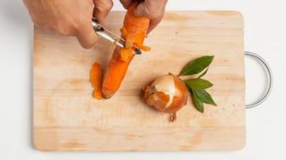 In una pentola capiente, soffriggete la cipolla in 2 cucchiai di olio extravergine di oliva.