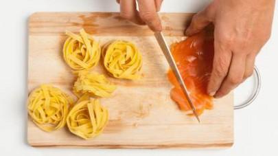 Nel frattempo, tagliate a tocchetti il salmone.