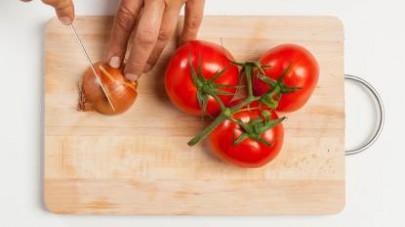 Al termine della cottura, pelate e schiacciate le patate in una ciotola.