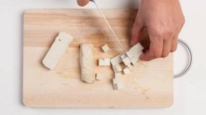 Tagliate a tocchetti il tofu. Mettete in una padella a rosolare la cipolla con l'olio extravergine di oliva, unite poi il tofu e il Mio Dado Star Vegetale e fate rosolare ancora per 5/6 min.