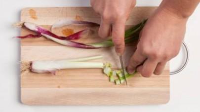 Tagliate le verdure a tocchetti regolari e piccoli. Mettere poi in ammollo in acqua tiepida il misto di cereali per un periodo tra 30 min. e 1h.