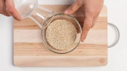 Mettete in ammollo la quinoa con abbondante acqua per farle perdere il suo sapore amarognolo. Poi sciacquatela abbondantemente.