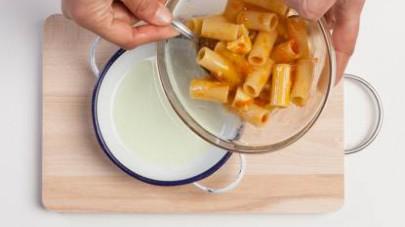 In una ciotola unite le uova sbattute, il GranRagù Star Classico e il formaggio a tocchetti. Poi aggiungete anche la pasta e mescolate bene.
