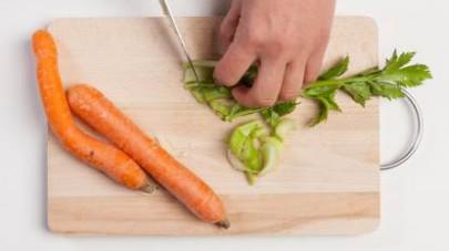 Tagliate la carota e il sedano a piccoli cubetti.