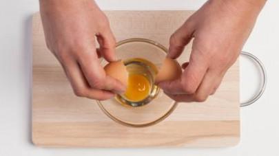 Mettete a cuocere la pasta in abbondante acqua salata finché non sarà al dente. Intanto sgusciate le uova in una terrina.