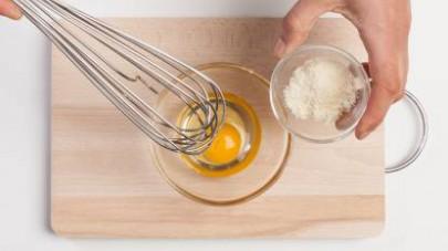 Sbattete le uova con il formaggio.