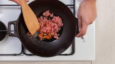 In una padella fate rosolare la carne con lo spicchio di aglio, un rametto di rosmarino fresco e l'olio extravergine di oliva, poi unite il GranRagù Star Classico e fate cuocere per 10 min.