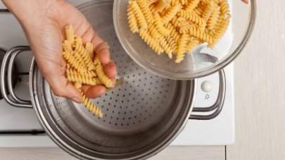 Al termine della cottura, scolate la pasta e fatela saltare con i piselli e la pancetta. Guarnite con semi di papavero e servite. Ottima anche come insalata di pasta per pic nic e merende all'aperto.