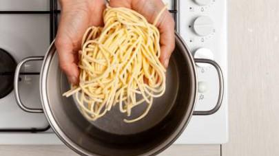 In una pentola capiente, cuocete la pasta in acqua bollente salata per 7-8 min. (a seconda dello spessore della pasta). Al termine della cottura, scolatela e fatela saltare in padella con il ragù. Ser