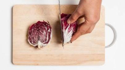 Lavate il radicchio e tagliatelo in due parti. Eliminate il cuore interno e conservatelo.