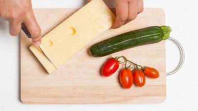 Tagliate a tocchetti le zucchine e i pomodorini e il formaggio a cubetti.