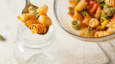 Fate cuocere la pasta al dente in abbondante acqua salata, scolatela e raffreddatela sotto l'acqua corrente. Unitevi i cubetti di formaggio, poi il sugo e mescolate. Trasferite la vostra insalata di p