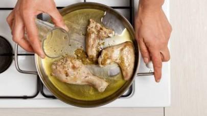 Quindi, sfumate con il vino bianco e continuate la cottura senza coperchio per altri 20 min.