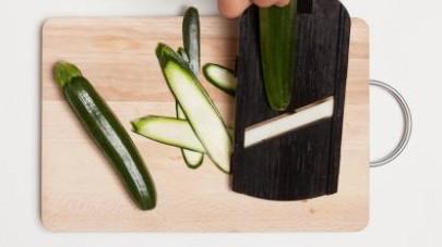 Lavate le zucchine; tagliate con una mandolina 8 fettine per il verso della lunghezza.