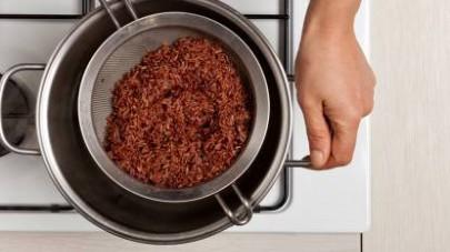 In una pentola capiente, cuocete il riso per almeno 30-35 min. in acqua salata.