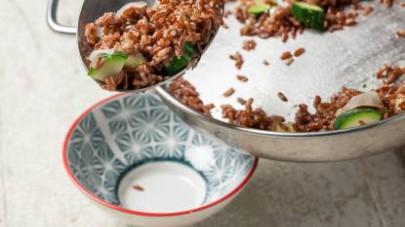 Scolate il riso e fatelo saltare in padella con il condimento.