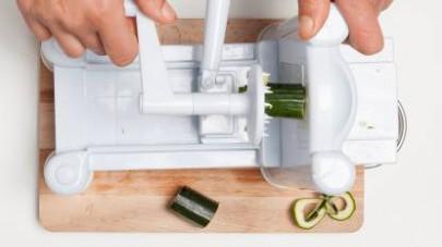 Lavate le zucchine e ricavate delle eliche con l'utilizzo dell'apposito attrezzo.