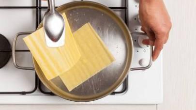 In una pentola, sbollentate la sfoglia in acqua salata per pochi istanti.