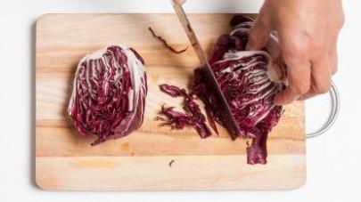 In una pirofila ben oliata, versate un po' d'acqua di cottura della pasta e iniziate la preparazione della lasagnetta.