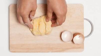 Preparate l'impasto con 1 uovo intero, un pizzico di sale e la farina; impastate energicamente sino ad ottenere un panetto sodo e liscio. Se necessario, unite dell'acqua fredda. Stendete la pasta in u