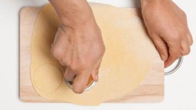 In una pentola capiente, sbollentate le ortiche dopo averle lavate bene. Quindi, scolatele e sminuzzatele. Mettetele in una ciotola, unite il parmigiano e un pizzico di sale e pepe.