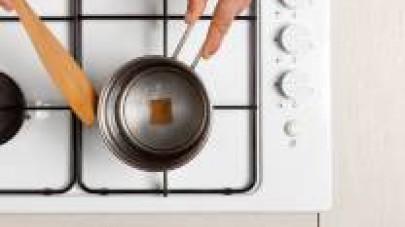 A cottura ultimata, aggiustate di pepe e mantecate con il burro. Servite il risotto guarnendo con menta fresca.