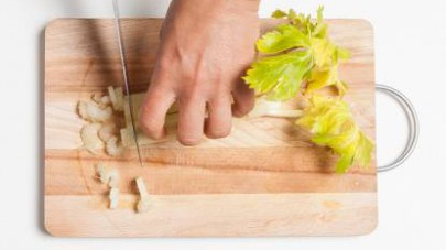 Lavate e mondate le carote e il sedano; quindi, tagliateli a rondelle.