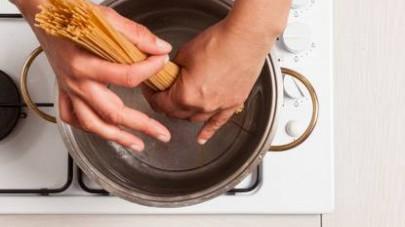In una pentola capiente, cuocete la pasta in abbondante acqua salata per i minuti indicati sulla confezione.