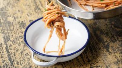 Scolate la pasta e fatela saltare con il sugo; quindi, unite la bottarga, un pizzico di pepe e una spolverata di prezzemolo fresco